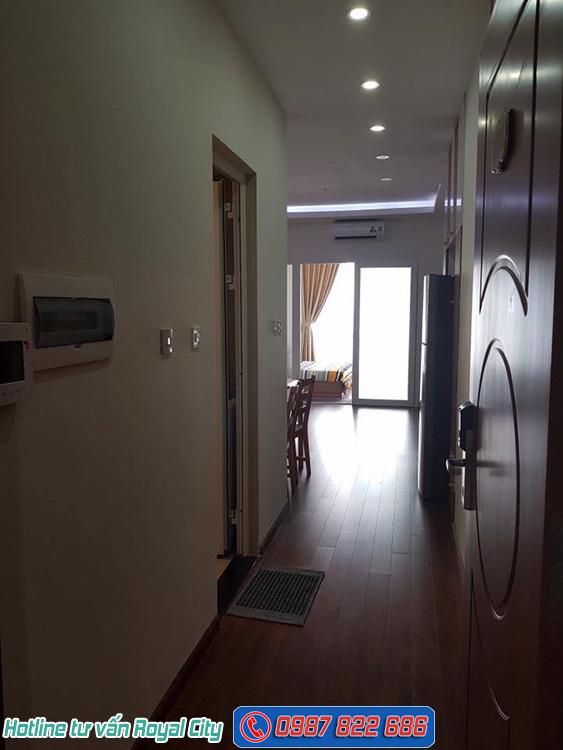 Cửa ra vào căn hộ 55m2 R6 Royal City