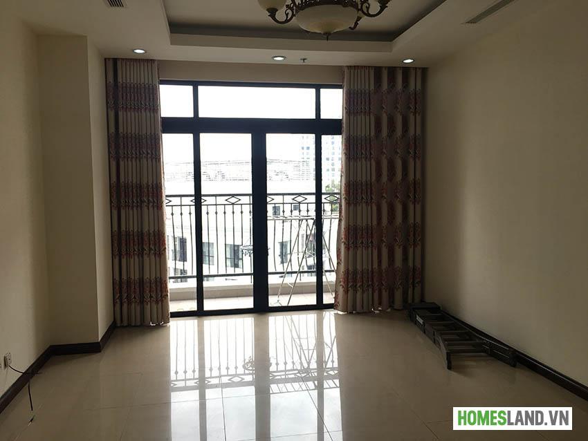Phòng khách - đã được trang bị rèm cửa và lưới chống côn trùng