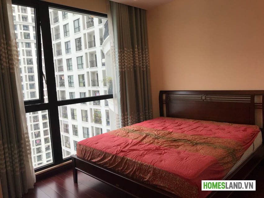 Giường phòng ngủ lớn căn hộ Royal City đủ đồ