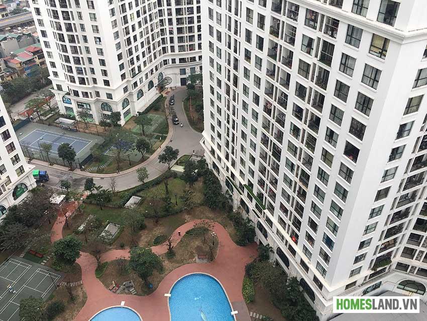 View từ phòng khách và phòng ngủ xuống bể bơi Royal City