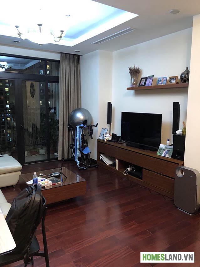 Tivi + kệ tivi phòng khách căn hộ Royal City đủ đồ 2 ngủ