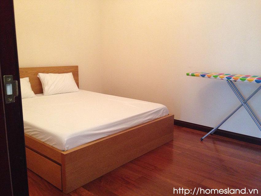 Giường nhỏ căn hộ 90m2 Royal City đủ đồ