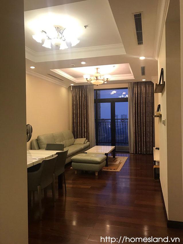 Phòng khách căn hộ Royal City R1 đủ đồ cho thuê giá rẻ 900$