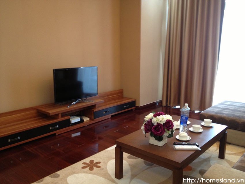 Tivi + kệ tivi phòng khách căn hộ Royal City đủ đồ