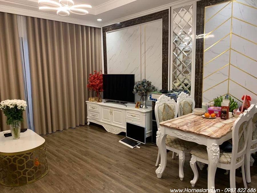 Tivi + kệ tivi và bàn ăn tại phòng khách căn hộ R6 Royal City 55m2 đủ đồ.