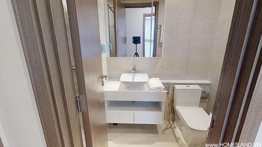 Nhà vệ sinh chung (Phòng khách) căn hộ Vinhomes Metropolis đủ đồ.