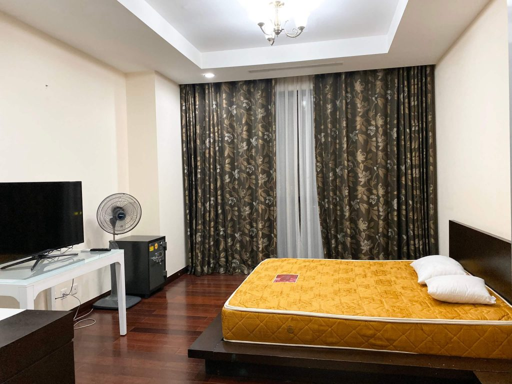 phòng ngủ master căn hộ 3pn sảnh B tòa R1