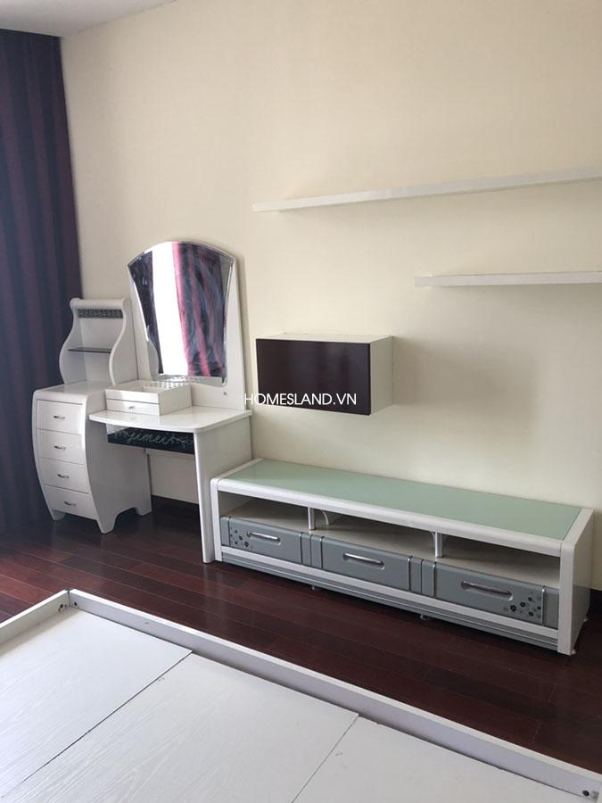 Kệ tivi + bàn trang điểm trong phòng ngủ của căn hộ R5 102m2 Royal City