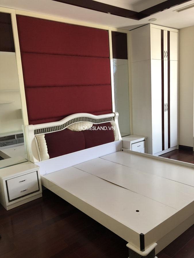 Giường phòng ngủ lớn - căn hộ 102m2 Royal City R5