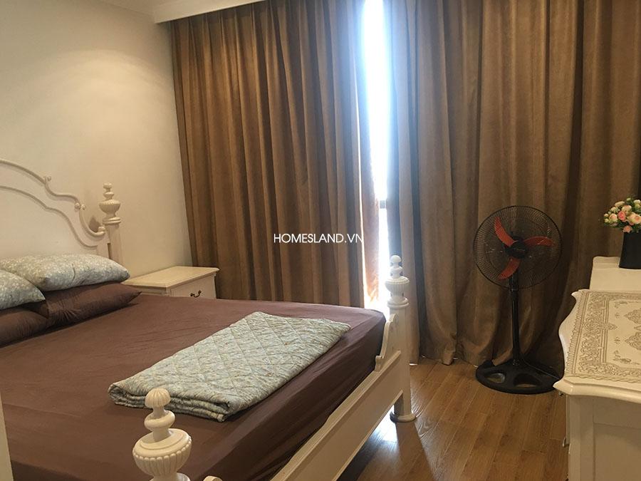 Phòng ngủ Master: có giường 1.8mx2m, bàn phấn, kệ đồ đạc (căn hộ R6 Royal City 3 ngủ)