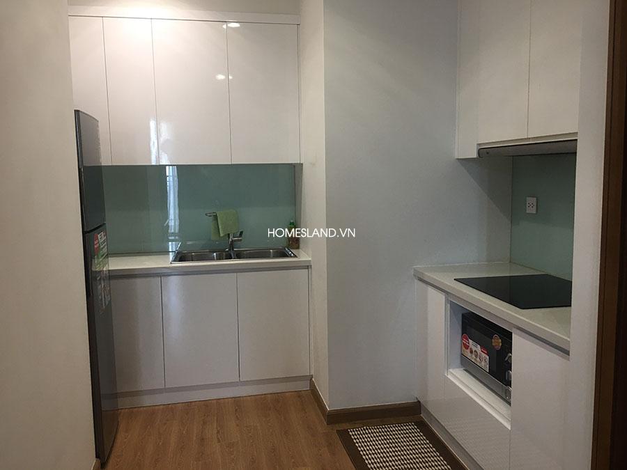 Bếp của căn hộ Royal City R6 3 ngủ 103m2 (tủ lạnh, lò vi sóng, hút mùi, bếp)