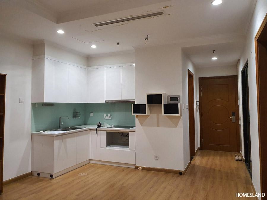Phòng khách và bếp của căn hộ 2 ngủ không đồ