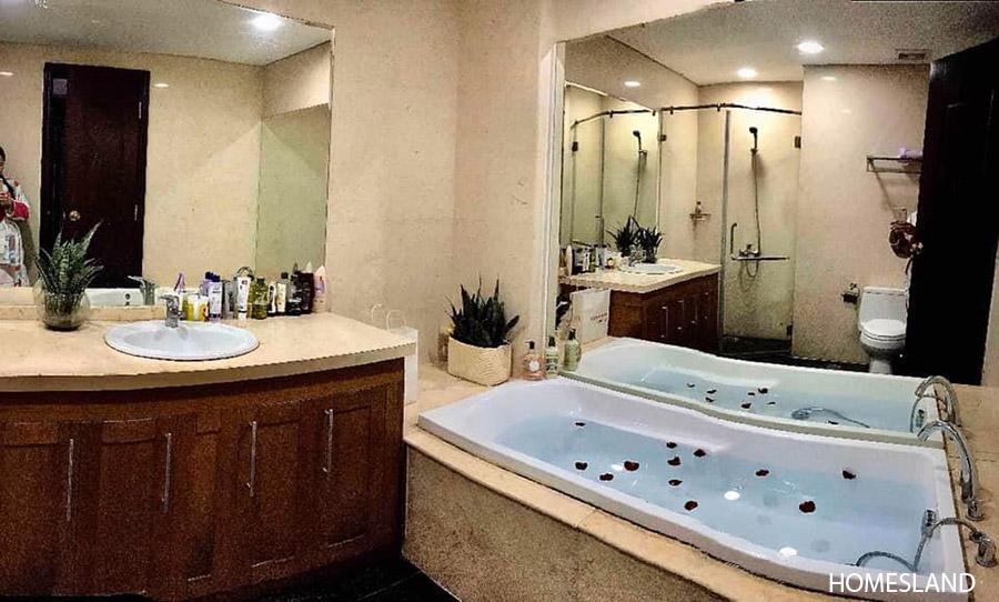 Bồn tắm nằm trong phòng ngủ Master